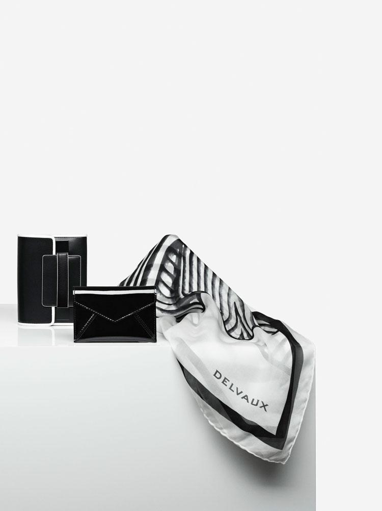 Madame Portefeuille Compact, Illusion : Noir & Ivory - Message Ambigu Visite, Vernis : Noir - Echarpe Voiles, Mousseline de Soie : Ivory & Noir